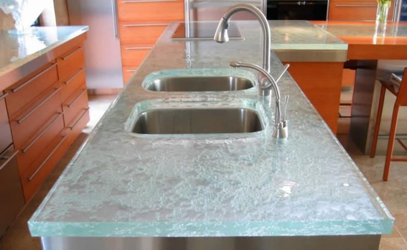 Столешница из закаленного стекла толщиной 12 мм с помощью гидрорезака выпилены отверстия под раковину