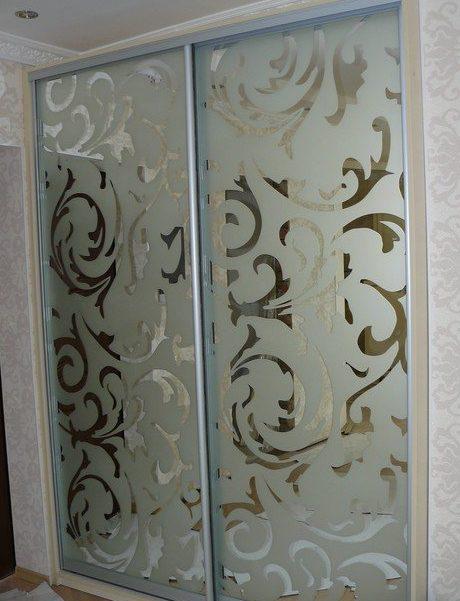 Двери купе со вставками из зеркала с пескоструйной обработкой