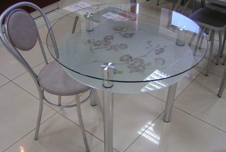 Стеклянная столешница из двух стекол верхняя выполнена из закаленного стекла нижняя из закаленного стекла с пескоструйной обработкой