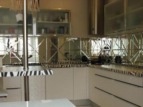 Кухонный фартук или стеновая панель из кусочков зеркала с обработкой кромки фацет