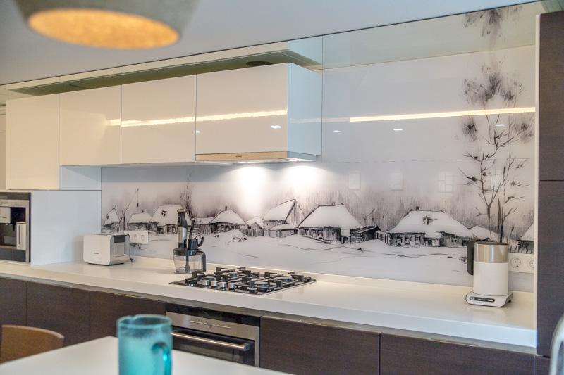 Белый кухонный фартук на прозрачном без отлива стекле