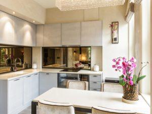 кухонный фартук в зеркалом, на зеркале патина, добавляет такой кухонный фартук настроения и зрительно увеличивает размеры кухни