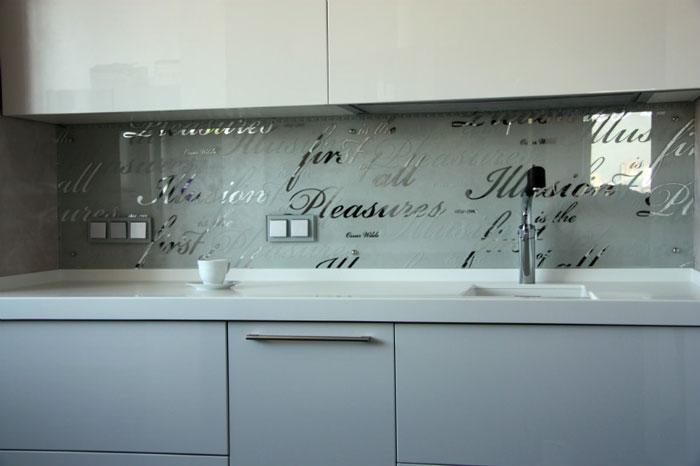 зеркальный кухонный фартук выполненный в технике пескоструйной обработки добавляет глубину любому помещению особенно кухне