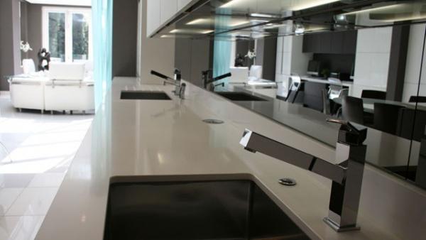кухонный фартук выполнен из стеклянной зеркальной панели, расширяет пространство, визуально